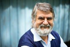 Stående yttersida för äldre man på träbakgrund arkivfoton