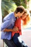 Stående yttersida för glade par i nära omfamning arkivfoton