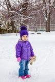 Stående yttersida för liten flicka i snö Kallt väder för vinter Arkivbilder