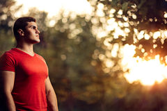 Stående yttersida för stilig idrotts- man i natur royaltyfri fotografi