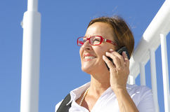 Ståendeaffärskvinna på mobil telefon II Arkivfoto