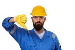 Ståendearkitektbyggmästare i genomskinliga säkerhetsexponeringsglas Skäggig manarbetare i hård hatt med den ilskna framsidan arkivbild