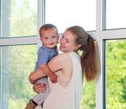 Ståendebarnet fostrar flickan och behandla som ett barn lyckligt tillsammans hemmastatt för son Arkivbild