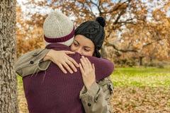 Ståendebarnet kopplar ihop att krama i en höstbakgrund tillbaka sikt Fotografering för Bildbyråer