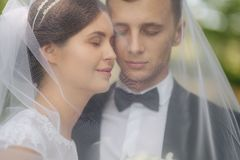 Ståendebrudgum och brud bröllop för tappning för klädpardag lyckligt bara gift lyckliga par fotografering för bildbyråer