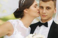 Ståendebrudgum och brud bröllop för tappning för klädpardag lyckligt bara gift lyckliga par arkivbild