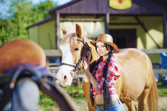Ståendecowgirl i västra stil med hors Royaltyfria Bilder