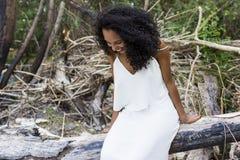 Ståendedet fria av en härlig ung afro amerikansk kvinnasmili royaltyfri fotografi