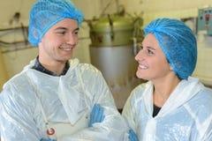 Ståendefabriksarbetare som ler den främsta vaten arkivbilder
