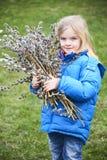 Ståendeflicka med en filial av pussypilen Salix Påsktraditioner Royaltyfri Fotografi