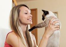 Ståendeflicka med katten Arkivfoto