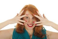 Ståendeflicka med rött hårnederlag Arkivfoto