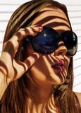 Ståendeflickor med exponeringsglas i solen Arkivbild