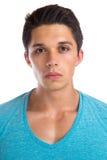 Ståendeframsida för ung man som ser muskulös peo för allvarlig koncentrat fotografering för bildbyråer