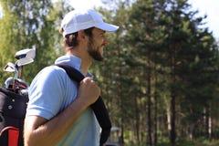 Ståendegolfman som går med skuldrapåsen royaltyfri fotografi