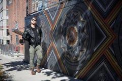 StåendeHeadshots av en Caucasian man Guy Modeling för ungt stiligt attraktivt modernt mode nära lokal utomhus- konst i stads- sta royaltyfri foto
