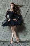 Ståendei sin helhet av den härliga brunettballerina Arkivfoto