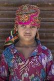 Ståendeindierflicka Srinagar Kashmir, Indien close upp Royaltyfri Bild