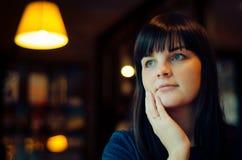 Ståendekvinna i kafé Arkivfoto
