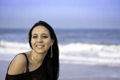 Ståendekvinna i stranden royaltyfria bilder