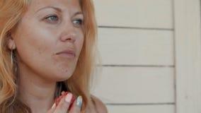 Ståendekvinna som tätt tycker om smaken av mogna jordgubbar upp lager videofilmer