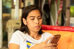 Ståendekvinnor spelar en mobil royaltyfria foton