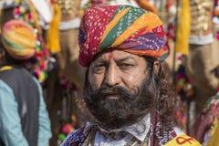 Ståendemän som bär den traditionella Rajasthani klänningen, deltar i herr Desertera striden som delen av ökenfestivalen i Jaisalm Arkivfoto