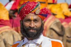 Ståendemän som bär den traditionella Rajasthani klänningen, deltar i herr Desertera striden som delen av ökenfestivalen i Jaisalm Arkivbild