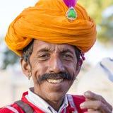 Ståendemän som bär den traditionella Rajasthani klänningen, deltar i herr Desertera striden som delen av ökenfestivalen i Jaisalm Arkivbilder