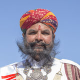 Ståendemän som bär den traditionella Rajasthani klänningen, deltar i herr Desertera striden som delen av ökenfestivalen i Jaisalm Arkivfoton