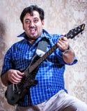 Ståendeman med gitarren arkivfoto
