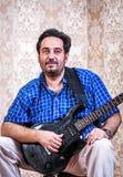 Ståendeman med gitarren royaltyfri bild