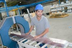 Ståendeman som arbetar på produktionslinje royaltyfri foto
