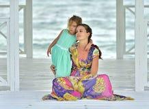 Ståendemoder med den lilla dottern Arkivfoto