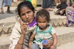Ståendemoder och barn på gatan i Varanasi, Indien Arkivbild