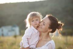 Ståendemoder och dotter royaltyfria foton