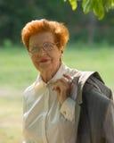 Ståenden av affärskvinnan åldrades mot bakgrunden av PA Royaltyfria Bilder