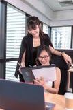 Ståenden av affärskvinnor wokar på deras arbetsplats för tabellskrivbordet i regeringsställning, ockupation och karriärbegrepp royaltyfri bild