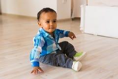 Ståenden av afrikanska amerikanen behandla som ett barn lite pojken som inomhus spelar royaltyfria foton