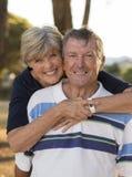 Ståenden av amerikansk högt härligt och lyckligt mognar par ar Fotografering för Bildbyråer