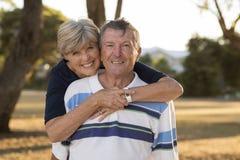 Ståenden av amerikansk högt härligt och lyckligt mognar par ar Royaltyfri Bild