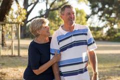 Ståenden av amerikansk högt härligt och lyckligt mognar par ar Arkivbild