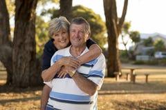 Ståenden av amerikansk högt härligt och lyckligt mognar par ar Arkivfoto