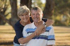 Ståenden av amerikansk högt härligt och lyckligt mognar par ar Royaltyfri Fotografi