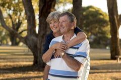 Ståenden av amerikansk högt härligt och lyckligt mognar par ar Royaltyfri Foto