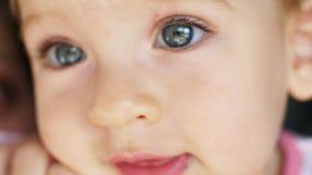 Ståenden av att le behandla som ett barn lite flickan Härliga blåa ögon och leende Närbild stock video