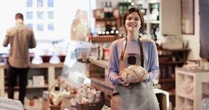 Ståenden av att le den kvinnliga ägaren av matvaruaffär shoppar arkivfilmer