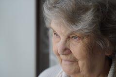 Ståenden av att le den mogna äldre kvinnan åldrades 80-tal Arkivfoto