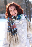 Ståenden av att le den unga kvinnan i en vinter parkerar utomhus Arkivfoton
