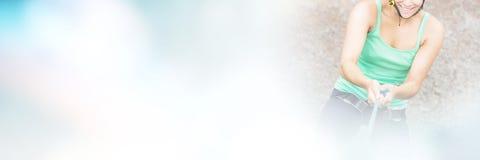 Ståenden av att le flickan som ner abseiling, vaggar framsidan Royaltyfri Foto